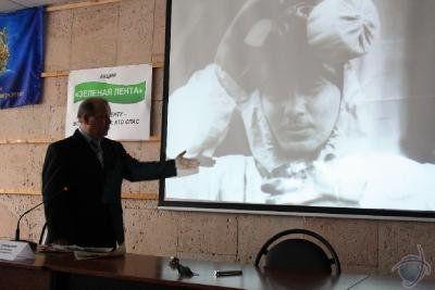 Копылов Александр Александрович демонстрирует фотографии ,сделанные во время ликвидации ЧАЭС